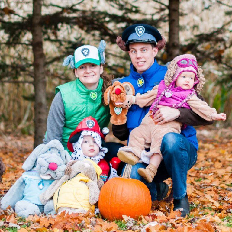 famille avec déguisement de la pat patrouille